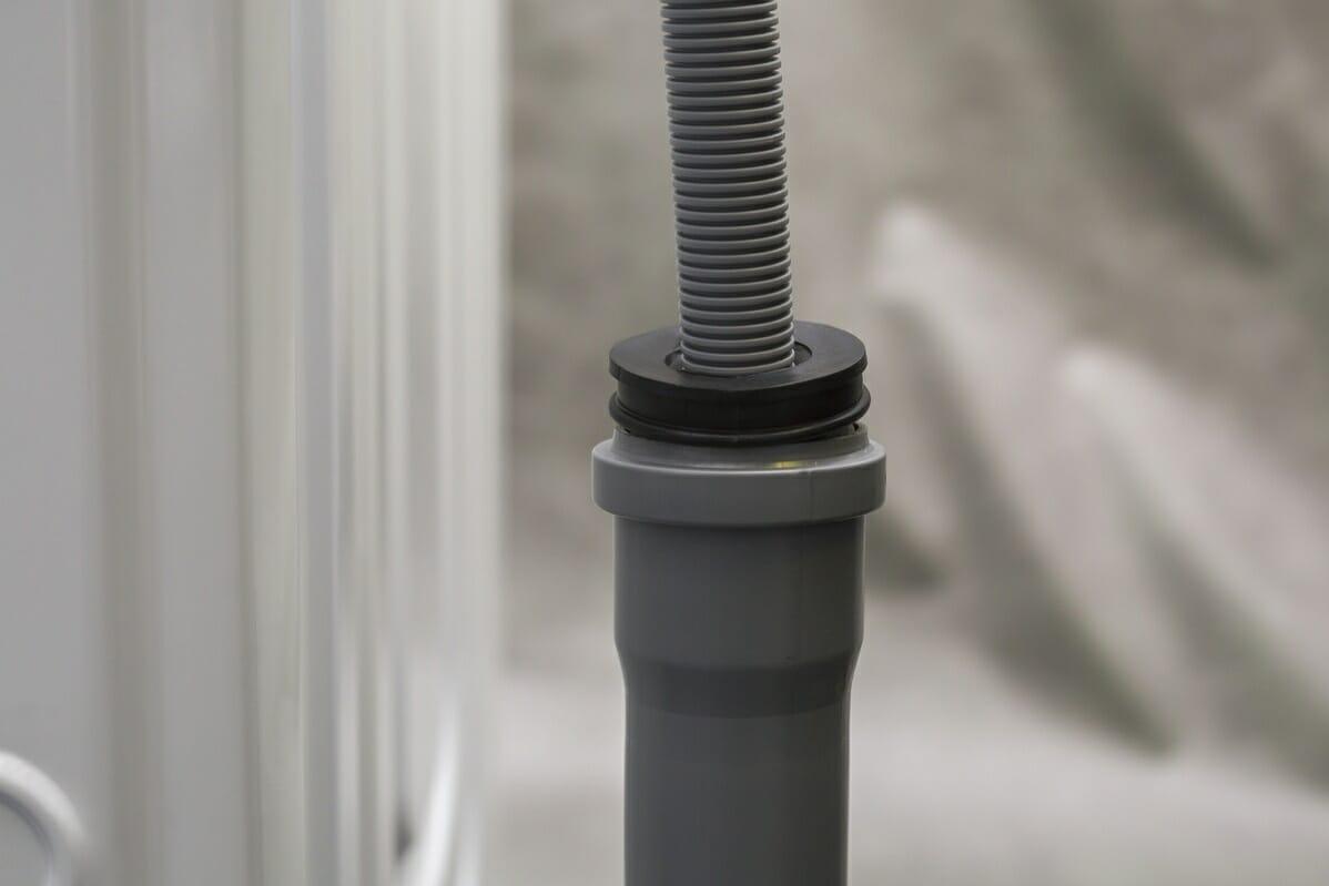 Если на кухне имеется свободный канализационный выпуск, не обслуживающий другую технику, шланг можно вывести прямо в него с использованием заглушки для трубы
