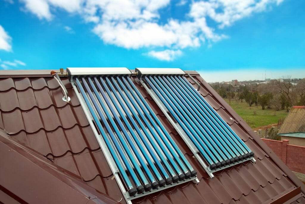 Солнечный коллектор на крыше частного дома