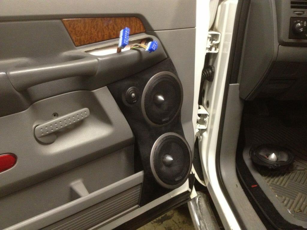Установка динамиков в дверь машины