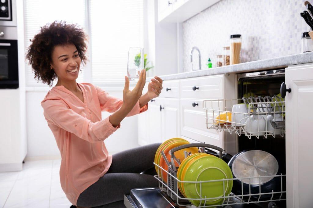 Выемка посуды с посудомойки